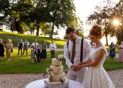 Coombe Lodge wedding, cutting the cake